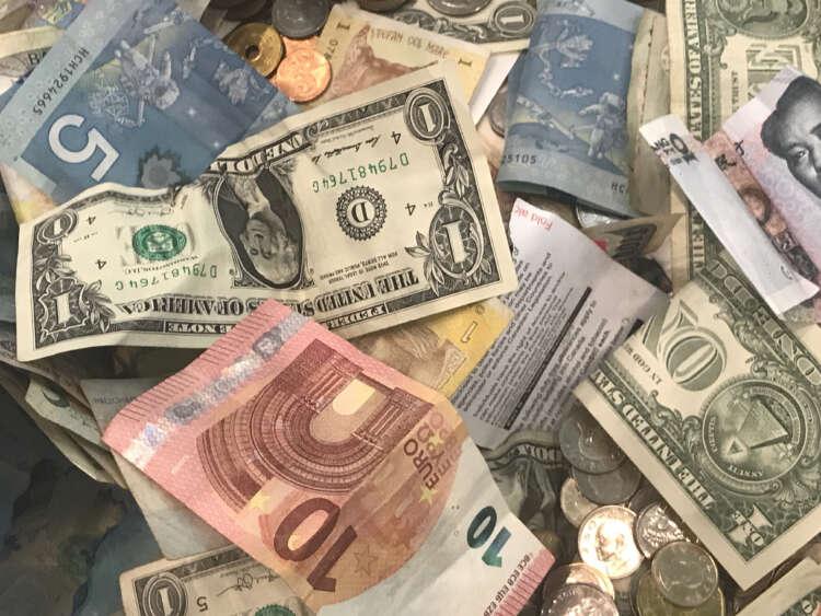 Kiwi hit by new virus case; souring risk sentiment supports yen, Swiss franc 41