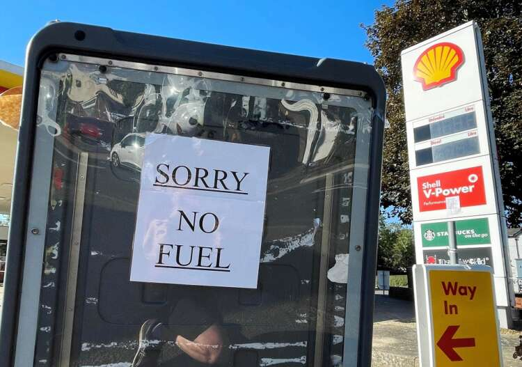 British army to start driving tankers as queues for fuel continue 41